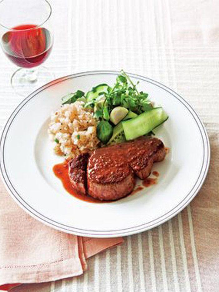 がっつり濃い味のボリュームたっぷりステーキ|『ELLE a table』はおしゃれで簡単なレシピが満載!