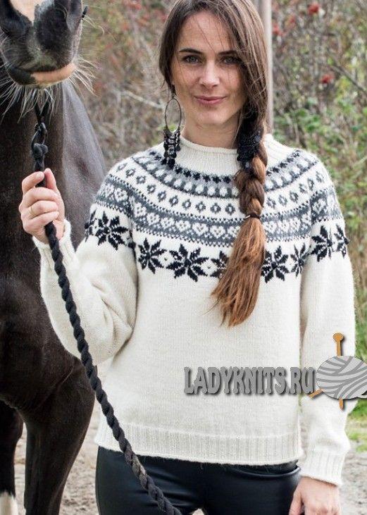 Вязаный спицами красивый женский свитер с круглой кокеткой со скандинавскими узорами