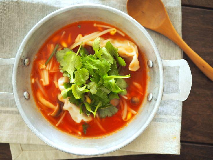 冷凍餃子とトマトジュースが意外と合う!風邪予防に「水餃子風トマトスープ」【おかずスープ】