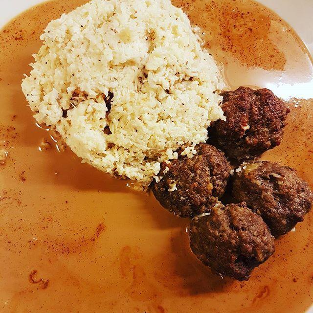 Svensk husmanskost lchf-style 😍 blomkålsmos och köttbullar från recept av @56kilo.se med en härlig brunsås 👌💙💛💙 #lchf #lchffood #lowcarb #sugerfree #lowcarbhighfat #lchftjejer #viktnedgång #viktminskning #keto #fat #lowcarbfood #sugeraddict #striktlchf #lchmedhanna #bed #sober #bingeating #glutenfritt #glutenfree