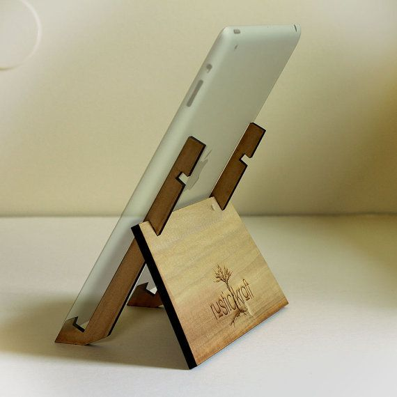 He encontrado este interesante anuncio de Etsy en https://www.etsy.com/es/listing/161355945/ipad-stand-wood-ipad-stand-ipad-mini