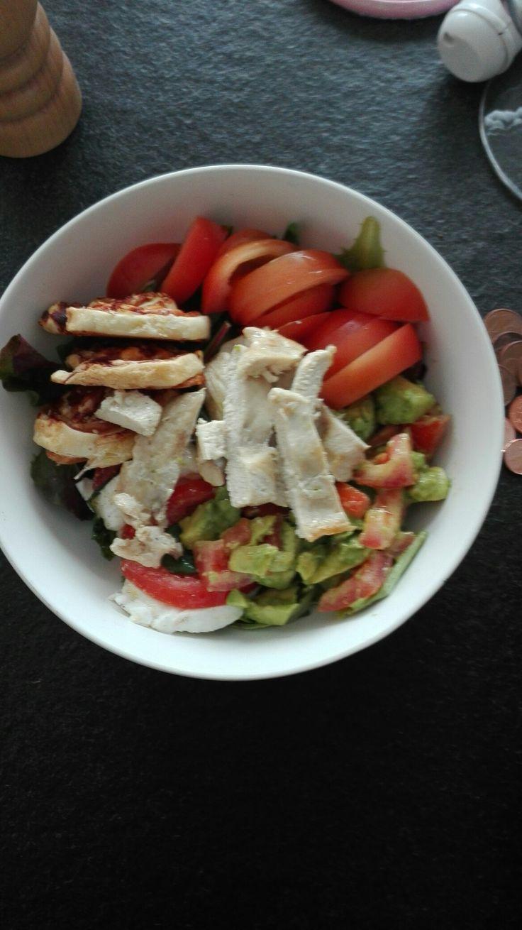 De eerste salade van het seizoen,  Verse jonge slascheuten Advocado Tomaten Gebakken kip Mozarella met basilicum