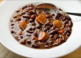 Nutritiva y FÁCIL receta de sopa de frijoles rojos con salchicha ¡para chuparse los dedos!