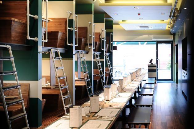 A Londres, le Bangalore Express est un restaurant dont l'aménagement intérieur rappelle celui des wagons passagers. Un lieu contemporain aux espaces inhabituels....