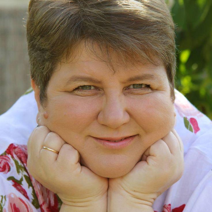 Sárosdi Virág, a Gyereketető oldal szerkesztője, megálmodója, megalkotója, az anyukák és gyerekek otthoni készségfejlesztő guruja, nem mellesleg hat gyermekes édesanya.  Virág örömmel válaszol Neked készségfejlesztéssel és otthonteremtéssel kapcsolatos kérdéseidre.