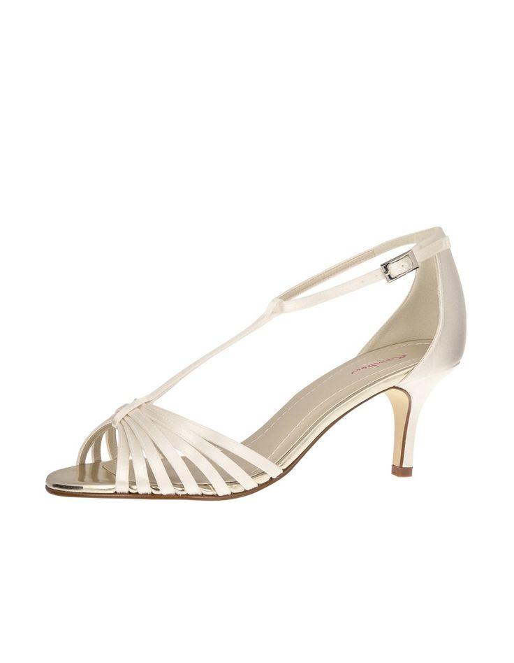 Het perfecte sandaaltje voor jullie mooie zomerbruiloft. Verkrijgbaar in twee kleuren en materialen. In satijn ivoor of in goud metallic. …