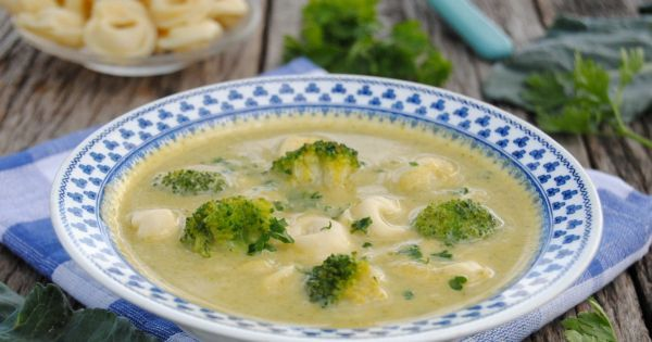 Pyszna zupa brokułowa z tortellini. Spróbuj, jaka dobra!