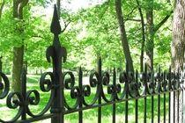 Кованый забор с железными столбами с пиками