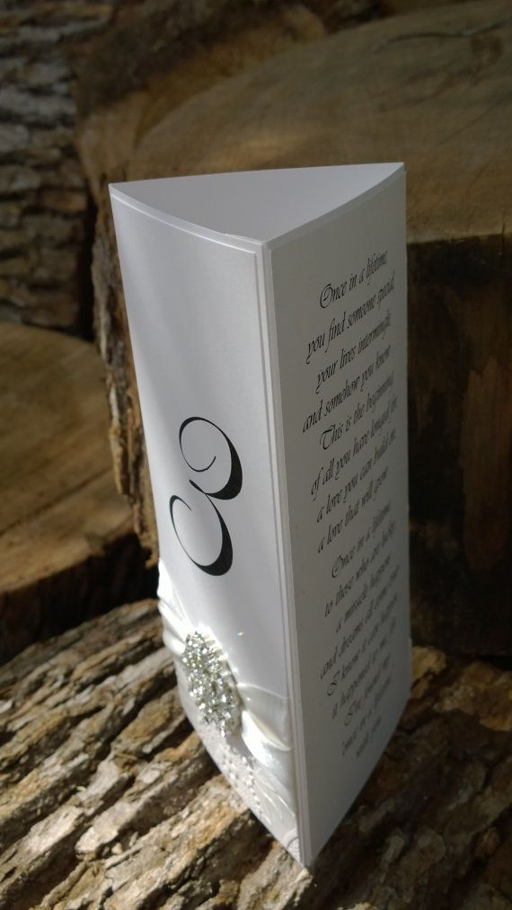 Precio es una muestra de un menú de boda triple independiente con los números de mesa personalizados para su recepción. Los datos de menú,