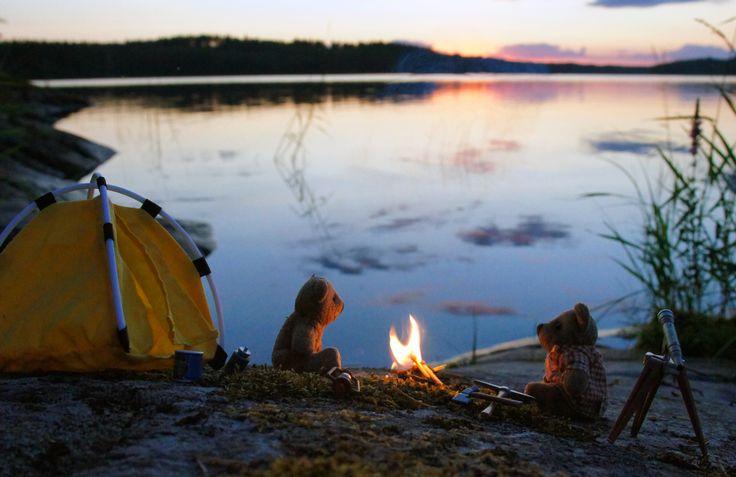 Pikku Nallet telttailemassa Saimaan rannalla.