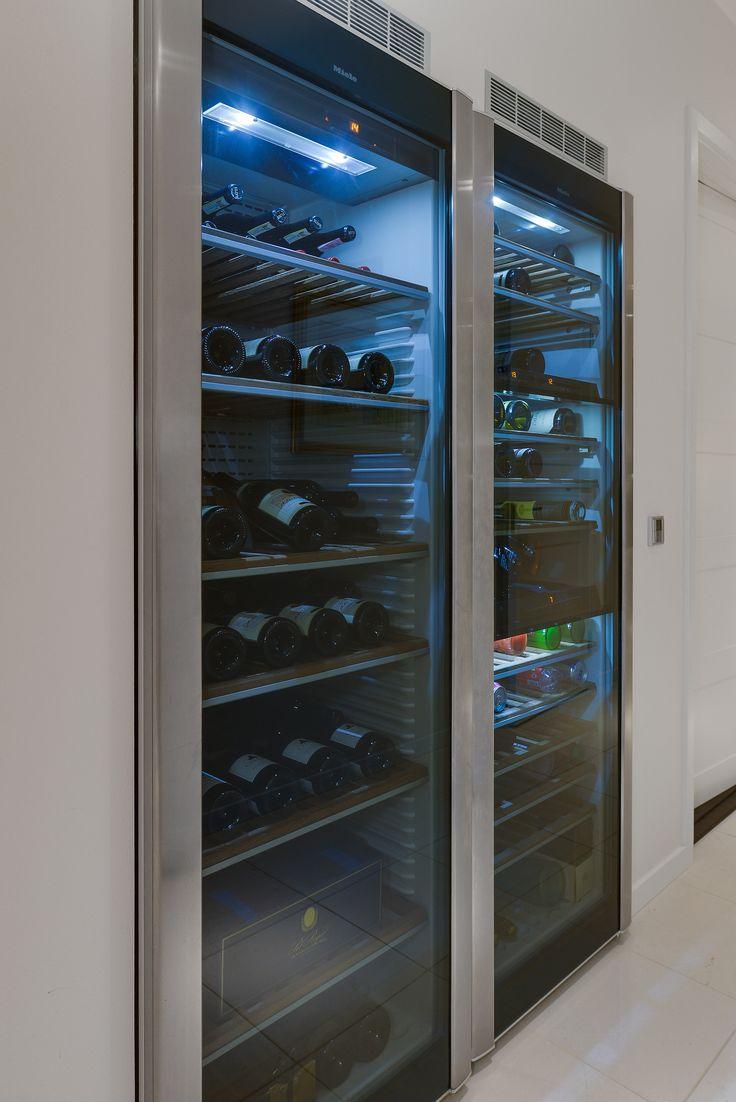 I korridoren som leder oss från köket mot sovrum, badrum och allrum, finner vi ett inbyggt vinlagringsskåp med reglerbar temperatur och luftfuktighet samt en vinkyl med olika temperaturzoner, båda från Miele. Matadorgatan 2 i Halmstad.
