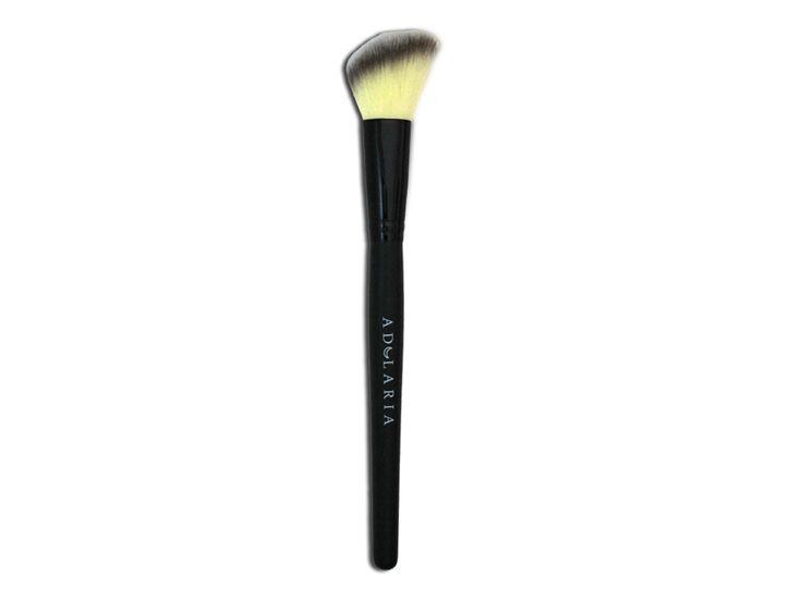 Pennello professionale dal taglio svasato ideale per il contouring e per l'applicazione del blush.