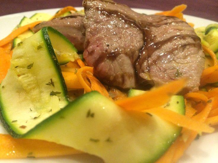 Hovädzý steak   zdroj bielkovín, na zeleninových hoblinách   zdroj vitamínov a minerálov.