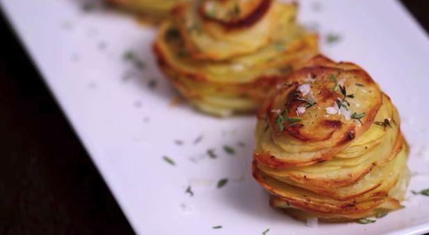 Pokrojone w plasterki ziemniaki włożyła do formy na babeczki. Brzmi dziwnie, ale poczekaj na efekt! | Popularne.live