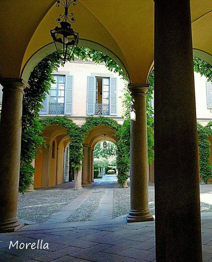 Incantarsi in via Manzoni Foto di Ornella Moretto #milanodavedere #incomingmilano #igersmilano  www.milanodavedere.it
