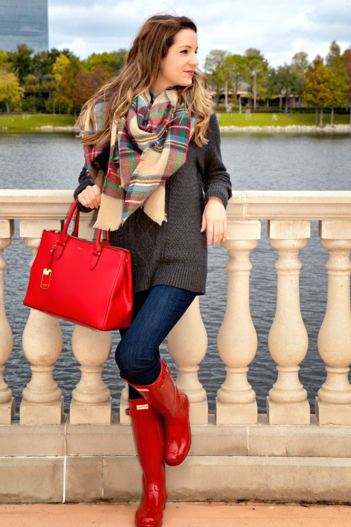 Red hunter boots and handbag really bring out the whole outfit. Latest fall arrivals 2015.