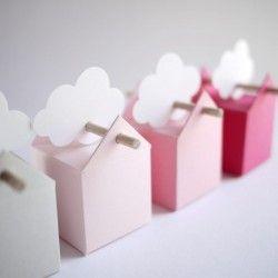 Il mini set comprende 5 o 10 scatole et il set normale 50 unità. I colori delle bomboniere vanno da una tonalitè di grigiochiaro al vivi rosa, bastoncini ed etichette bianche possono essere a forma di stella, nuvola, ucello e senza etichette. Sfumature molto belle di grande dolcezza.Questo set è particolarmente adatto per il battesimo di una bambina.