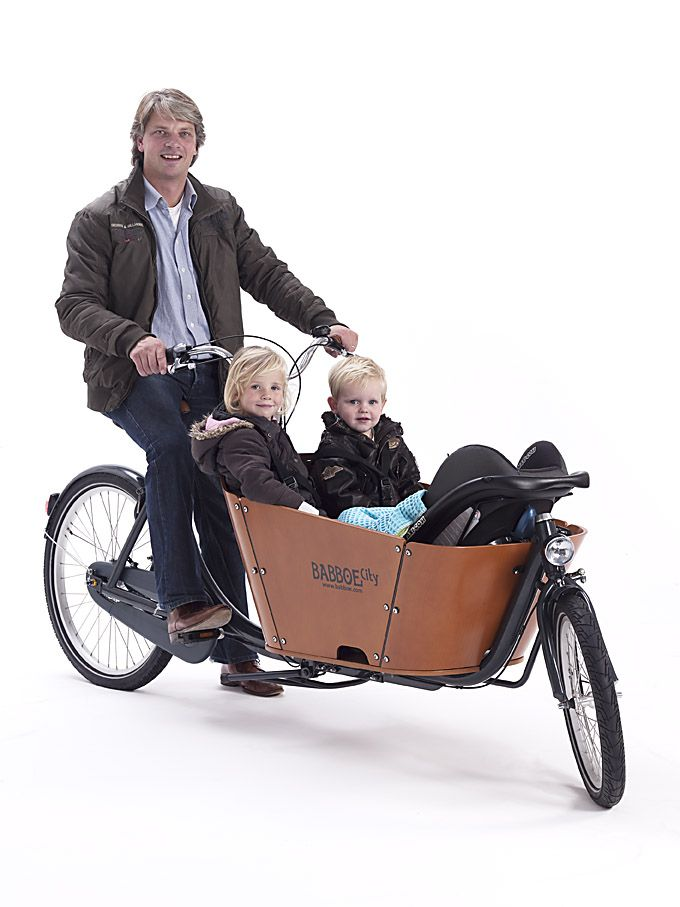 The Babboe City is a robust 2-wheel cargo bike with an attractive design. The striking beech wood container has smooth, curved corners and a high edge for added safety. The tyres are extra thick, making the cargo bike even more comfortable. The colour combination of anthracite grey/cognac together with the cool varnished wooden container gives the Babboe City cargo bike a contemporary and chic look.