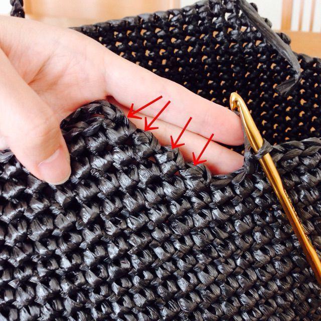 ビニール紐のバッグ、第4弾となりました〜。今回はこれまでのポップなカラーとは違い、ちょっとシックな黒い平テープで編んでみました。instagramで予告した通り、このバッグの編み方を公開しますね〜。使用するものは平テープ一玉、かぎ針7号、8号です。まずは底を編んでいきます。底の部分はかぎ針7号で編みます。私は細編みが続く側面をキツめに編む癖があるので、あえて側面では8号に持ち替えます。私はバランスよく編めるわよ!という方は持ち替えなくてもオケよ〜。そういえば、ビニ紐での角底は初かな。去年編んでみたけど、納得いかなくて作品にしなかったのです、だはは。では楽しい編み物の時間デス!!輪で作り目をします。輪を作って立ち上がりの鎖編み、細編み一目します。写真は麻ひもだけど、編み方は一緒です。角になる部分は鎖目2目します。...ビニール紐のバッグ、その4。