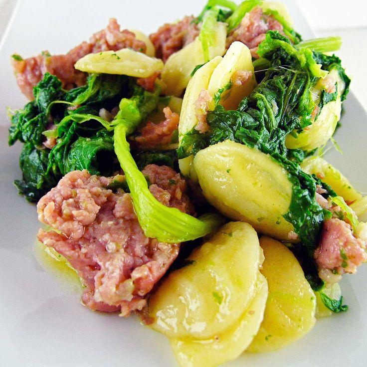Ricetta orecchiette con salsiccia e cime di rapa. Ingredienti: 200 g di orecchiette, 1 mazzo di cime di rapa (o broccoletti) da pulire, 2 salsiccie, 4 filet