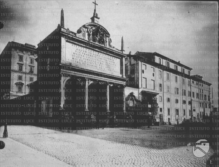 """[Riproduzione di fotografie del fondo storico """"Piano Regolatore di Roma del 1883""""  fontana del Mosè in Largo S. Susanna] -"""