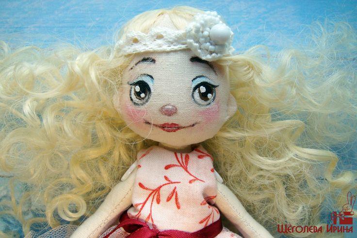 Кудрявая куколка ручной работы в розовом платье. Подарок на Новый Год, День Рождения. Кукла малышка, трессы, милая девочка, добрый малыш, декор интерьера, украшение квартиры и дома, yrsacraft, текстильная кукла, интерьерная кукла, купить подарок, авторская кукла, купитькуклу,  кукла,  handmade, игрушка, подарок для девочки, подарок для девушки, ручная работа, талисман, оберег, декор, дизайн интерьера, украшение интерьера, в стиле 20х годов, нежность, женственность, светлый интерьер