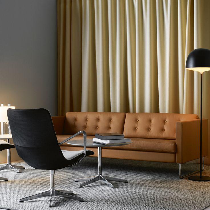 Madison soffa med ekben, klädd i läder Baltique 43003. Vacker soffa från Swedese med antingen träben eller stålmedar, rundade eller fyrkantiga. 2 sits eller 3 sits, tyg eller läder. Du kan även få Madison som hörnsoffa.