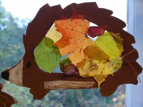 Fensterbild für den Herbst mit Igelmotiv aus Blättern