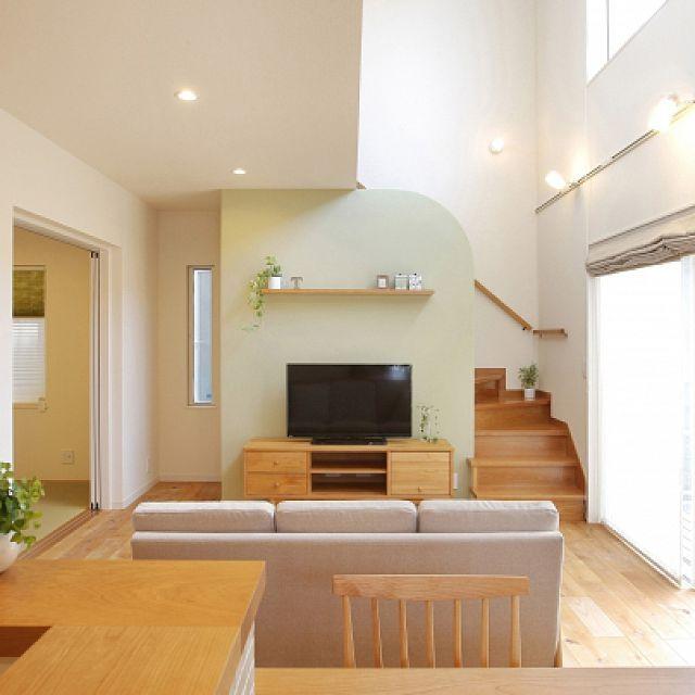 の注文住宅/リビング/モモナチュラルの家具/momo natural/無垢材…などについてのインテリア実例を紹介。「大きな窓に面した吹抜けは、明るさと開放感が◎ TVの背面の壁は角を取って、淡いグリーンの塗り壁にしました! すべて塗り壁にするのは勇気がいりますが、ポイント使いをしてみるといいアクセントになりました。」(この写真は 2016-02-09 13:37:30 に共有されました)