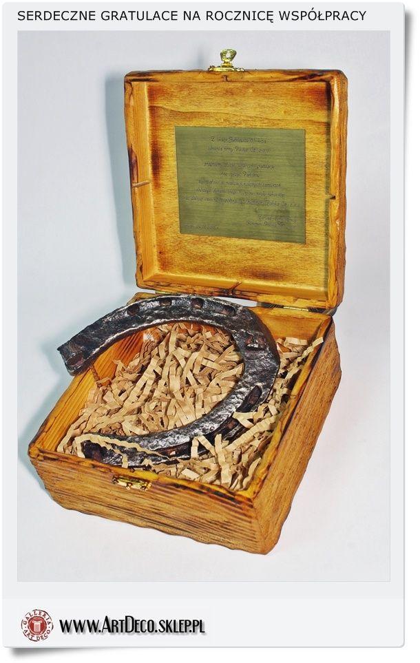 Prezent upominek - Podziękowanie za współpracę Stara podkowa w drewnianej skrzynce ręcznie ciosanej z wygrawerowaną dedykacją