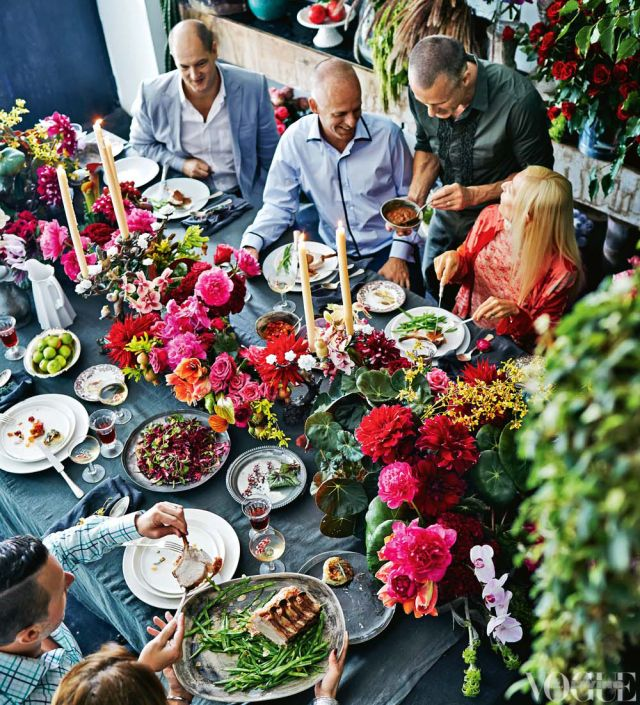 Lots of beautiful flowers: Table Decorations, Summer Centerpieces, Tables Sets, Dinner Parties, Vogue Living, Summer Dinner, Bright Colors, Tables Decor, Tables Style