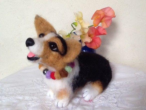 愛犬をモデルに作ったコーギーです。サイズ  縦14cm、横9cm、18cm、重さ  55gです。ワイヤー芯にフェルト羊毛を、刺し固めおすわりポーズ、目はプラス...|ハンドメイド、手作り、手仕事品の通販・販売・購入ならCreema。
