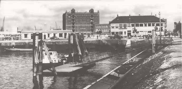 """De """"schillenoverslag"""" die in deze hoek van de Maashaven gesitueerd was. Dat was in de vroege jaren 1950, 1960, toen wij nog schillenboeren hadden. Zij kwamen hier hun schillenwagens legen in boten."""