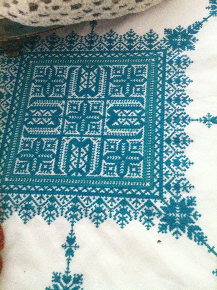 Une autre nappe brodée au point de Fès toujours par Zhor et Fatima sur une toile coton : il parait que c'est beaucoup plus simple avec une seule couleur ... Ca dépend pour qui ! Toujours envers idem endroit le tout sans aucune grille uniquement en comptant les points à partir du milieu du tissu !