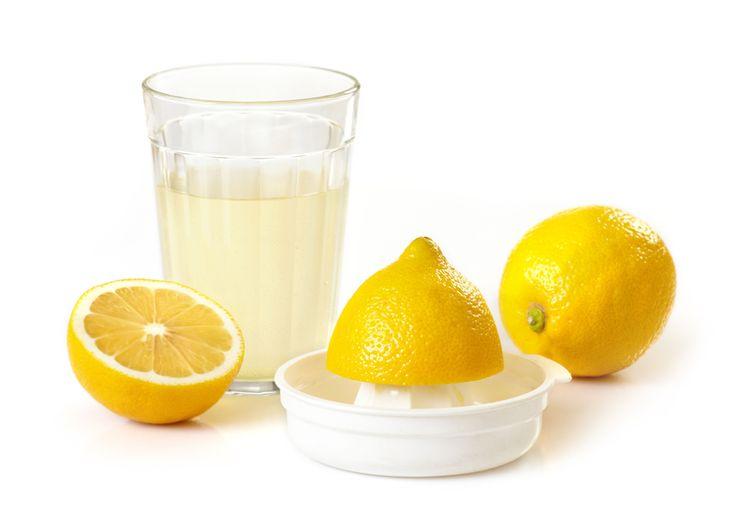 Limon yağı Limon kabuklarını küçük küçük doğrayın ve biraz da zeytinyağı ekleyerek rondodan geçirin; böylece, limon kabuğunun yağı çıkacaktır. Hazırlanan bu yağı cam bir kavanozda saklayın. Cilt maskelerinde ve el lekelerinde rahatlıkla kullanabilirsiniz.