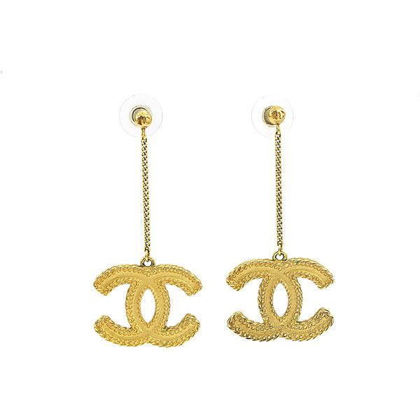 Pre-owned Chanel 13C Gold XL CC Logo Stud Drop Earrings (2.265 BRL) ❤ liked on Polyvore featuring jewelry, earrings, gold stud earrings, gold tone drop earrings, gold jewellery, yellow gold earrings and chanel jewelry