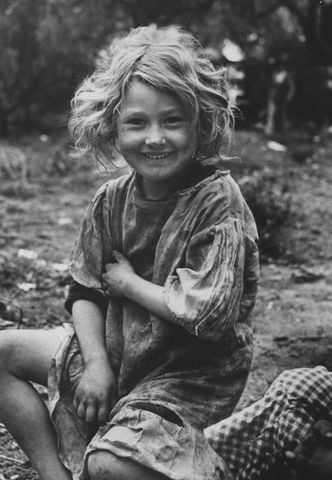 daughter of migrant workers near raymondsville, texas 1937 | foto:  carl mydans