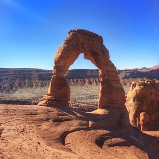 Have you visited #ArchesNationalPark in Utah? Delicate Arch is a top sight in the park, especially at sunset. I went in the morning and I think the light works. What do you think? •••••••••••••••••••••••••••••••••••••••••••••••• Want to choose your own Arches