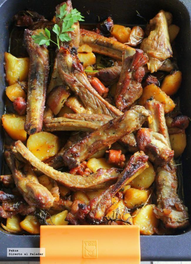 costillas_asadas_con_cerveza:1 kilo y medio de costillas de cerdo, cortadas para separarlas, 1/2 cebolla, 3 dientes de ajo, 3 patatas, 200 g de chistorra o de chorizo fresco, 100 g de panceta o bacon, 1 cerveza, 1 cucharadita de pimentón, ramas de tomillo fresco, 1 hoja de laurel, 2 cucharadas soperas de miel, aceite de oliva, sal. 170º 45´y al final subimos a 200º para dorar.