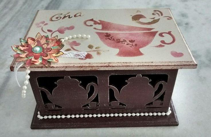 Caixa em mdf para chá, decorada com stencil, flores de papel e pérolas