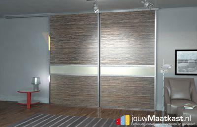 Inbouwkast met schuifdeuren aan plafond gemonteerd van jouwMaatkast.nl. De schuifdeuren zijn voorzien van een Merano bruin decor om onderbroken te worden met creme witte strepen. Hierdoor ontstaat er een moderne en strakke opberg oplossing.
