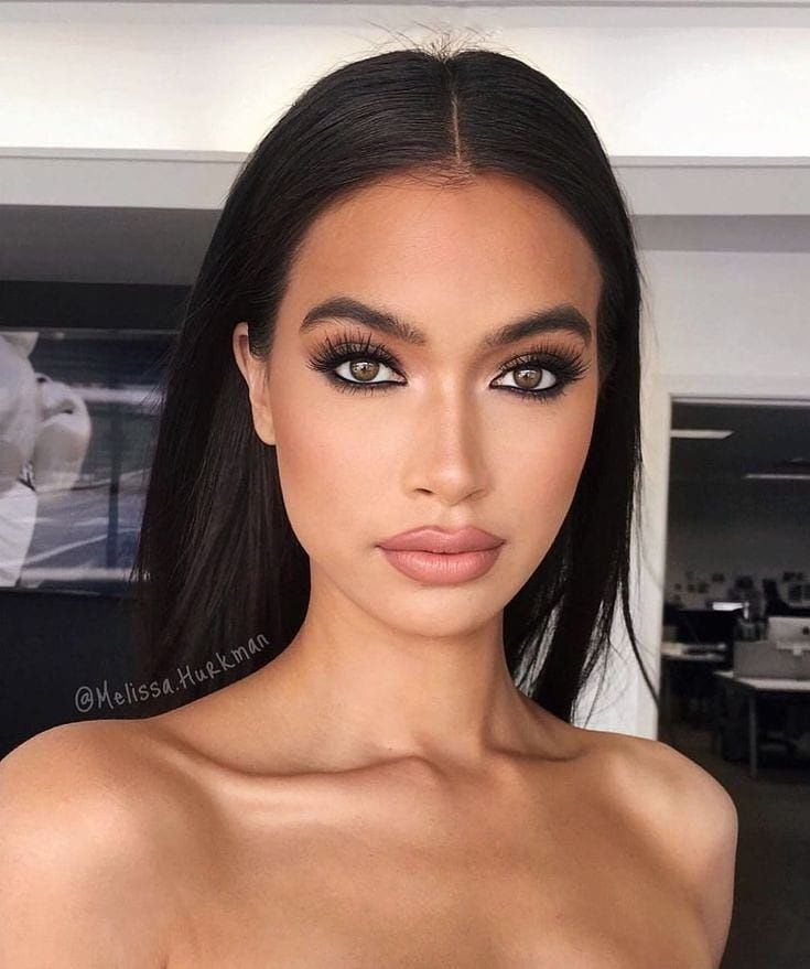 When she attends events, she wears more heavy makeup. With often a smoky eye and nude lips