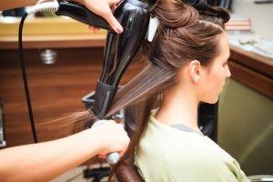 Οι κακιές συνήθειες που καταστρέφουν τα μαλλιά μας