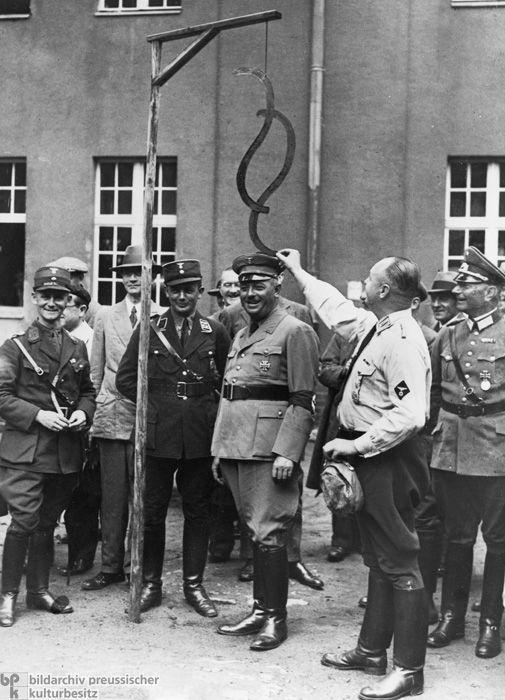"""El Ministro de Justicia Prusiano cuelga el """"simbolo"""" del artículo (referidos a artículos legales o constitucionales)."""