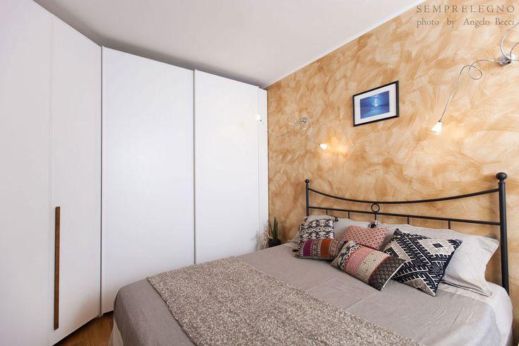 Bespoke Bedroom Furniture Made in Italy by Semprelegno joinery near Milan. Design Interiors. Custom Closet. Arredo camera da letto su misura con Armadio angolare ante a battente. Idea arredo casa.