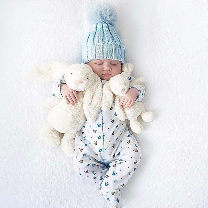 Schattige baby foto , tijdens je zwangerschap al oriënteren op het soort foto dat je van je newborn jongen of meisje wil maken is leuk om te doen. Wil je de foto van je kindje verwerkt hebben in een stoer of lief geboortekaartje ? Dat kan bij Zo Mooi Geboortekaartjes . Als DIY label of foto in het ontwerp. Geboortekaart op maat met een bijpassende sluitzegel voor een uniek ontwerp is natuurlijk ook gaaf. Je kunt zelfs een postzegel met foto op maat aanvragen!