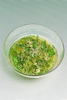 1 cuill. à soupe de vinaigre de riz (ou de cidre)  1 pincée de sel  3 cuill. à soupe d'huile de tournesol  1 cuill. à soupe de coriandre fraîche ciselé  1 cuill. à soupe de citronnelle finement hachée  1 cuill. à soupe de graines de sésame  1/2 cuill. à café de sauce soja  1/2 cuill. à café de nuoc-mâm
