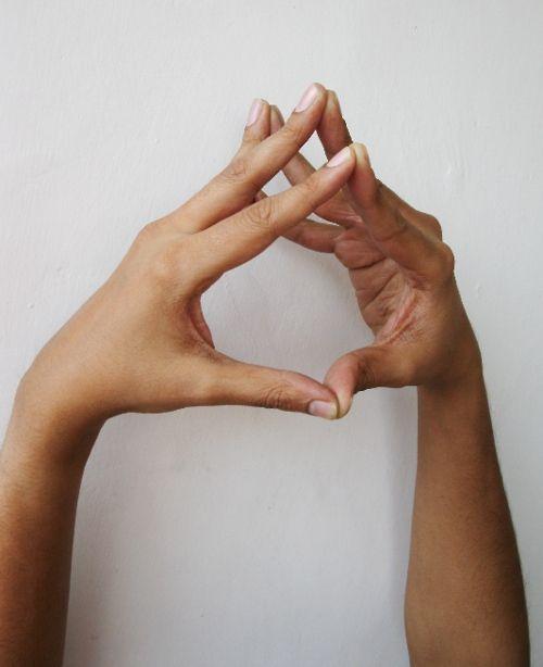 Hakini Mudra – para la memoria y recordar Hakini Mudra está dedicado a la diosa Hakini, que es la deidad de la frente según las antiguas escrituras védicas y tántricos. Diosa Hakini controla el Ajna Chakra (tercer ojo) Usted está en una reunión y tratar de recordar los detalles importantes, sólo unirse a las yemas de los dedos, como se indica. Hakini mudra mejora la capacidad cognitiva mediante la activación de las conexiones entre los hemisferios izquierdo y derecho del cerebro