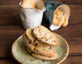 I biscotti all'anice calabresi hanno una forma simile ai cantucci. Per prepararli, sguscia le uova e battile a lungo con lo zucchero e il liquore all'anice.
