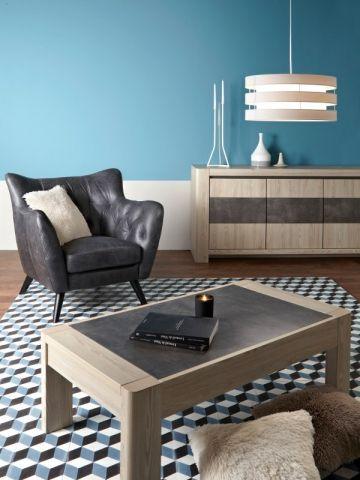 Un tapis graphique assorti au mur pour un salon moderne